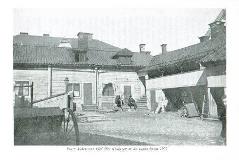 S:t Kors kvarter no. 27 och 28 fotograferat 1905, före rivningen av de gamla husen
